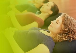 Drei Frauen beim Bauch-Relax-Training