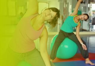 Zwei Frauen auf Ball beim Pilates